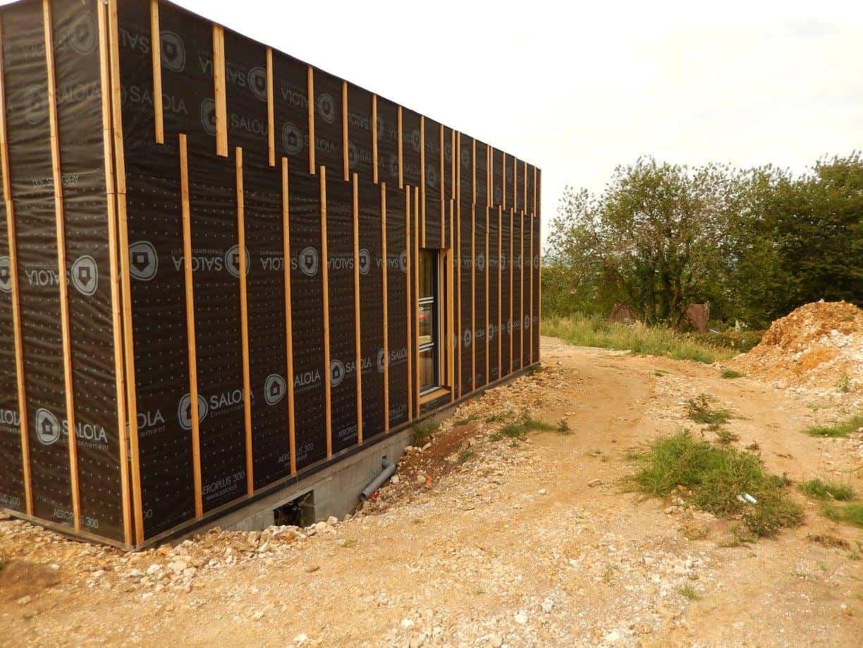 Contemporaine de plain-pied en red cedar, en cours de construction, une réalisation GERBAT.